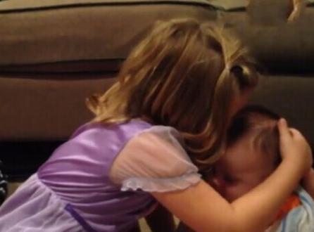 五歲姊姊說弟弟太可愛不要弟弟長大,著急的大哭