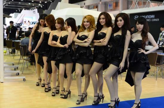 泰國車展辣模性感熱舞像中邪 網友笑翻