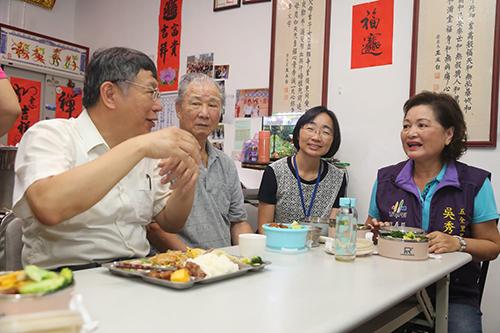 台北市市長參訪五全里與老人共餐