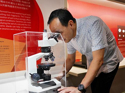 十三行全新常設展運用最新科技與互動裝置了解考古方法。
