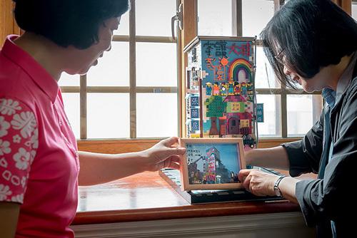 總統致贈由新北是昌平國小美術老師黃子於用樂高積木所製作的張藥房災除前原貌模型給彭秀春女士