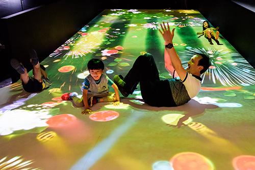 新北市市長與小朋友體驗風靡全球科技藝術團隊teamLab新作《滑梯水果園》