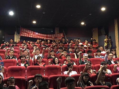 宣導人員與青少年一起看電影,並回答問題,反應熱烈。(文陳念祖;圖基隆市警局提供)