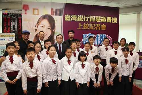 台灣銀行董事長呂桔誠與忠義國小弦樂團合影