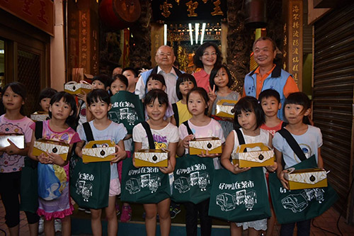 第三市場夏日文創購物節 學童揮灑創意畫市場風景