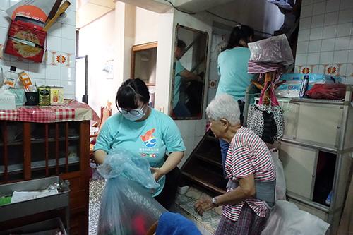 團隊成員協助老人家打掃家中環境