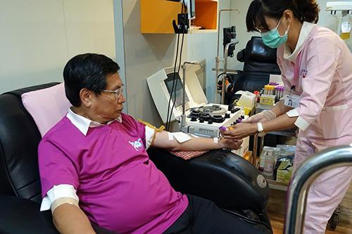 嘉義市長涂醒哲於22日一早前往嘉義捐血站捐血