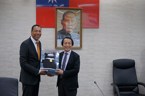 台北市府致贈禮品予阿米爾市市長