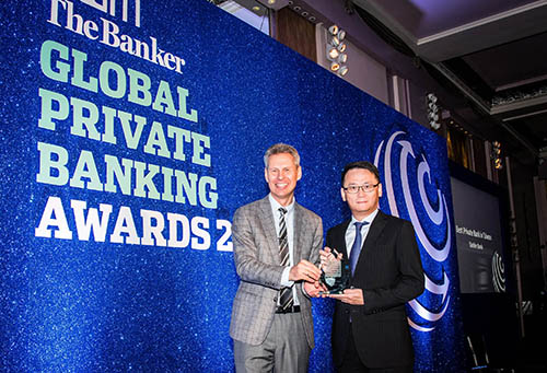 台新銀行自英國風光抱回二座「臺灣最佳私人銀行獎」,由該行通路營運事業處資深副總經理黃培直(右)代表前往領獎。