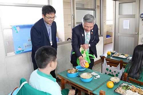 台中市副市長張光瑤視察學校營養午餐推廣在地水果