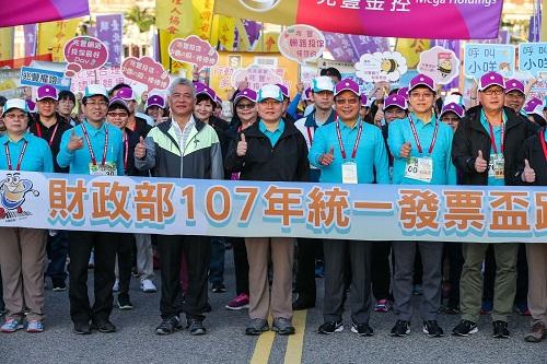 財政部國庫署長李慶華(左起)、台北市政府副秘書長薛春明、立委施義芳、財政部部長蘇建榮、