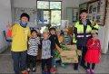 台東縣海端國小學童致贈感謝卡及自種菜謝警