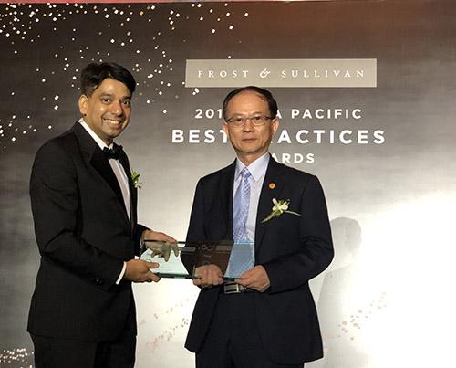frost & sullivan 副主席ajay sunder(左)頒獎給中華電信,由行動分公司總經理陳明仕代表領獎。