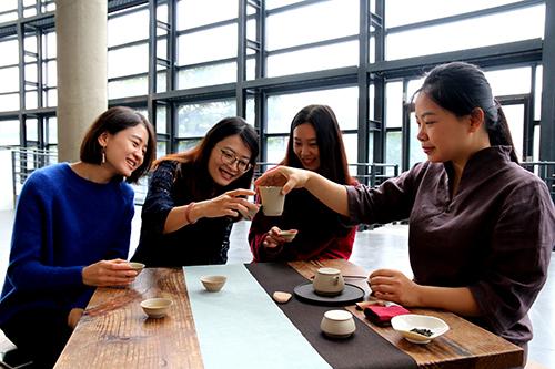 新北市陶博館館慶邀請民眾前來賞茶席、品好茶,同慶18歲生日快樂。徐稼惠(右一)以《水平空間-初心》入選今年「國際茶席美學設計大賽」,將力拼第一名。