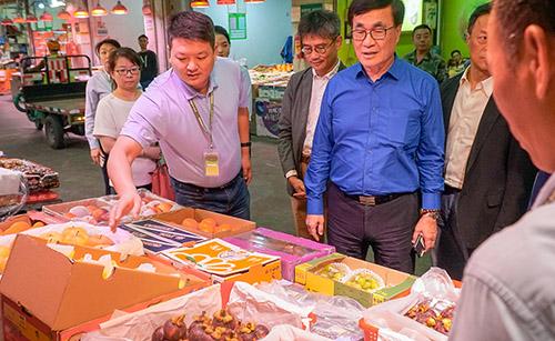 新北市副市長李四川前往農產品批發市場關心台灣農產銷往深圳情形