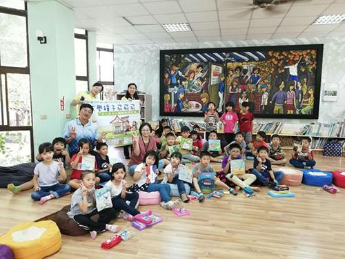 青山國小師生歡迎台文館和閱讀團隊到訪