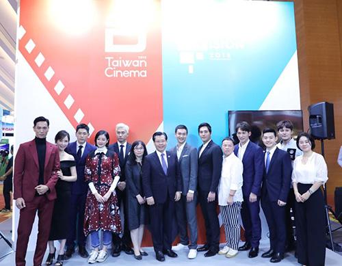 文化部影視局在新加坡舉辦台灣影視內容發布會,包括天心(左2)、溫昇豪(右4)與藍正龍(右6)等多位藝人現身造勢,與駐新加坡台北代表處梁國新代表及文化部影視局廣電組陳淑滿組長合影