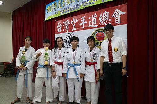獲獎同學與張列夫教練(右1)合影。