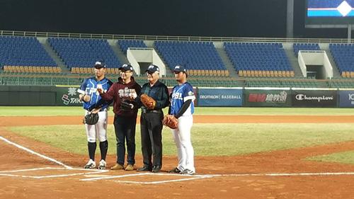雲林縣李縣長與中華職棒大聯盟會長吳志揚共同啟動開球儀式