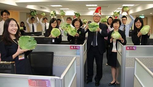 兆豐銀行採購高麗菜挺農民 購送員工耶誕老公公助陣