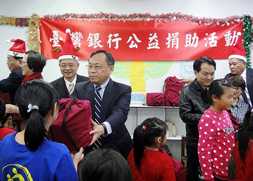 台灣銀行寶貝偏鄉兒童,該行董事長呂桔誠親送聖誕禮物予救助協會南投靈糧1919陪讀班服務之新豐國小學童。