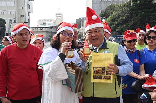 澎湖縣惠民啟智中心與集愛工坊師生提前歡度聖誕節
