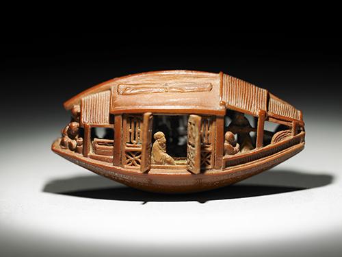 雕橄欖核小船