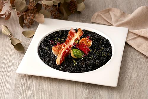 嫩煎北海道干貝墨魚燉飯襯義式脆培根