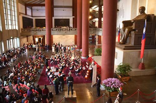 光復國小弦樂團演出,國父紀念館大廳頓時充滿了聖誕溫馨的樂聲。
