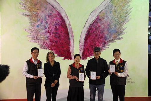紐約畫家米勒為花蓮重建祈福 揭開全球第六十座「天使之翼」