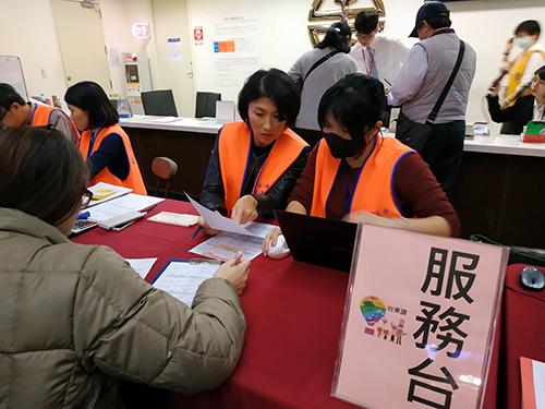 台東縣長饒慶鈴赴台北車站關心返鄉專車售票情形