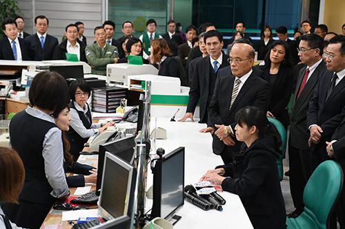 行政院長蘇貞昌:有效改善銀行提、存及匯款作業