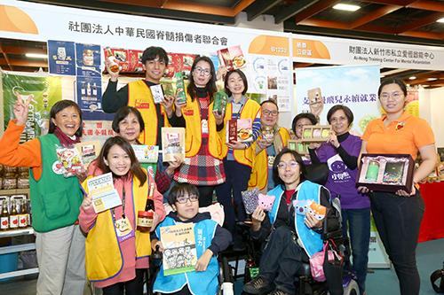 年貨展邀請公益攤位參與,台北市新活力自立生活協會帶來精選產品,讓民眾做好事、買好物、過好年。(圖外貿協會提供。)