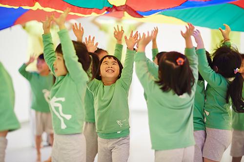 玩個過癮,動出道理,揮舞身體的自信,是送給孩子最棒的新年禮物!(照片.雲門教室提供)