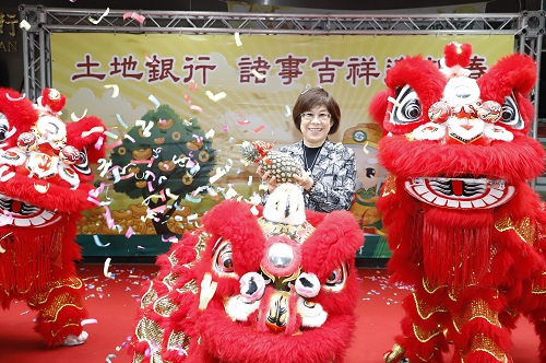 土地銀行凌董事長接受舞獅團祝福本行新春好彩頭、業績旺旺來。