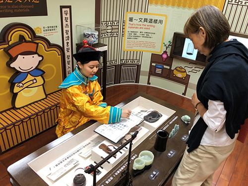潘瑩真古裝扮演乾隆皇帝透過戲劇使民眾了解文物歷史