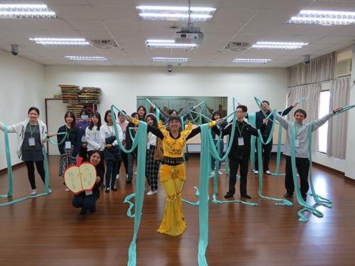 南華文學系創意營隊,穿越時空體驗唐朝生活,學員學習敦煌舞「飛天」輕盈曼妙的舞姿。
