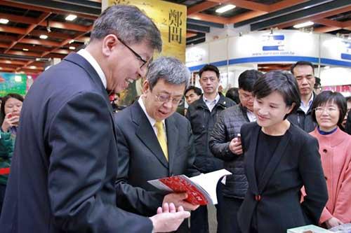 文化部副總統陳建仁(中)、文化部長鄭麗君(右)與台北書展基金會董事長趙政岷(左)