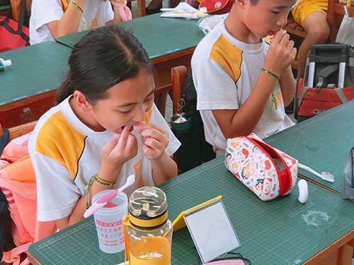 「學童口腔保健畫」推動在學童餐後在座位上潔牙