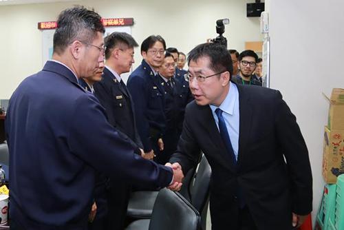 台南市長黃偉哲與警察弟兄握手致謝