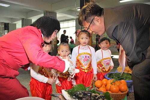 新北發表「當令吉食曆」 教民眾吃遍當季食材-幼生向局長解說當令食材