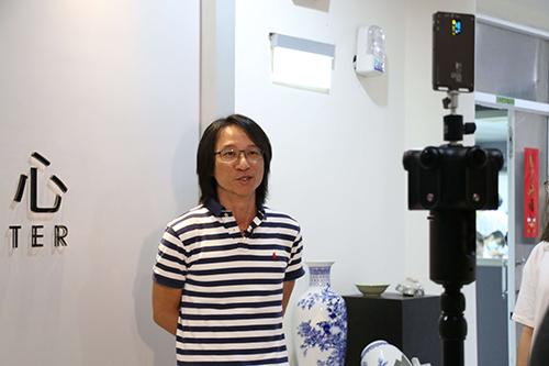 文物修護師李益成帶領探訪正修科技大學文物修護中心內的樣貌
