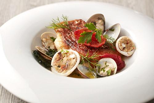 煎烤紅鯛魚搭義式鑲烏賊, 白酒蛤蠣襯羽衣甘藍脆片