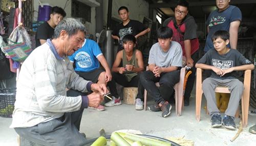 團隊結合在地青年,一同與部落耆老訪談,了解部落歷史及文化故事