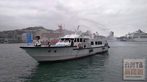 盛世公主輪吉祥物史丹利熊,也登上遊港船引領盛世公主輪進港靠泊。(記者陳念祖 攝)