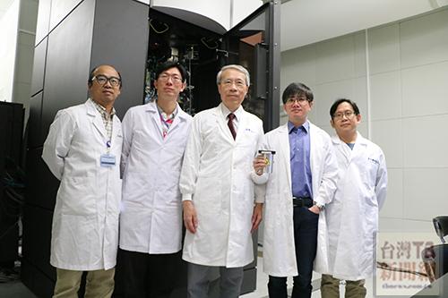 冷凍電顯中心儀管人員吳逸民博士(左一)、王俊雄博士(左二)、冷凍電顯中心主持人蔡明道院士(中)、冷凍電顯中心儀管人員張淵智博士(右二)、冷凍電顯中心共同主持人何孟樵助研究員(右一)。(記者陳念祖 攝)