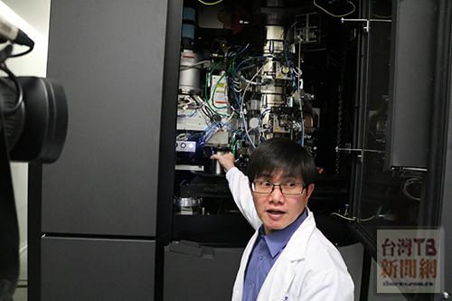 中研院與台灣蛋白質計畫合購了一組最先進的高解析度冷凍電子顯微鏡。(記者陳念祖 攝)