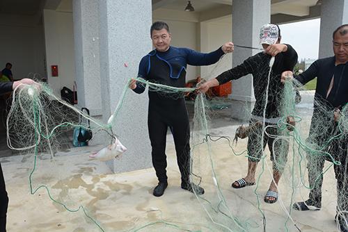 魚類和其它海洋生物經常被漁具纏住或困住而無法逃脫