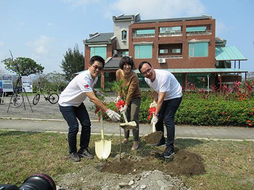 前新北市長朱立倫訪視台東 與縣長共同植樹