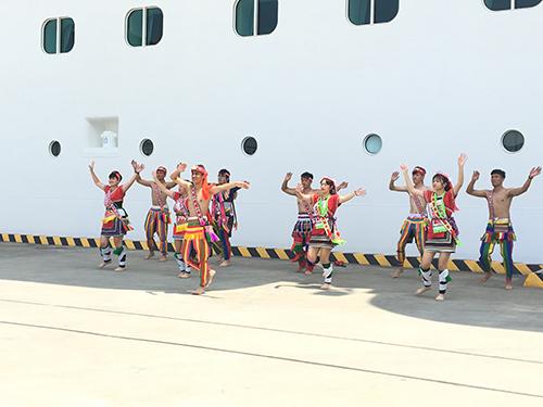 台北海洋科技大學為時尚造型設計管理系 &表演藝術系於船邊進行表演歡迎歌詩達威尼斯郵輪來基隆港。(文/記者陳念祖 圖/台灣港務公司基隆分公司提供)